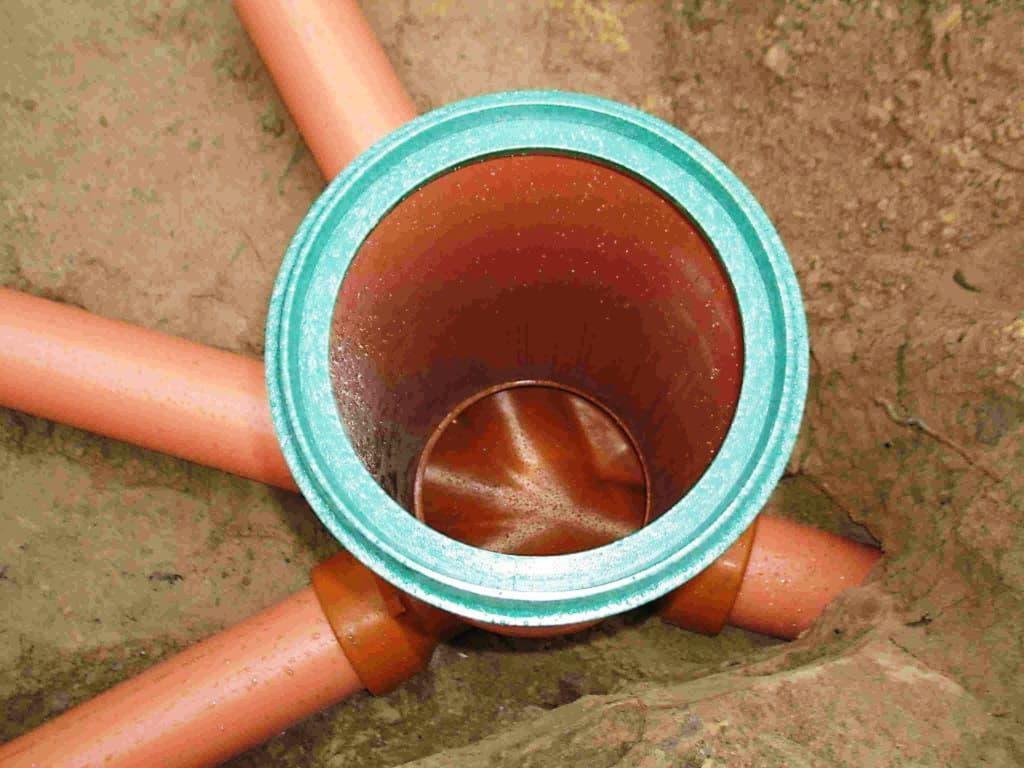 в нижнем кольце пробивают отверстия для фильтрации воды